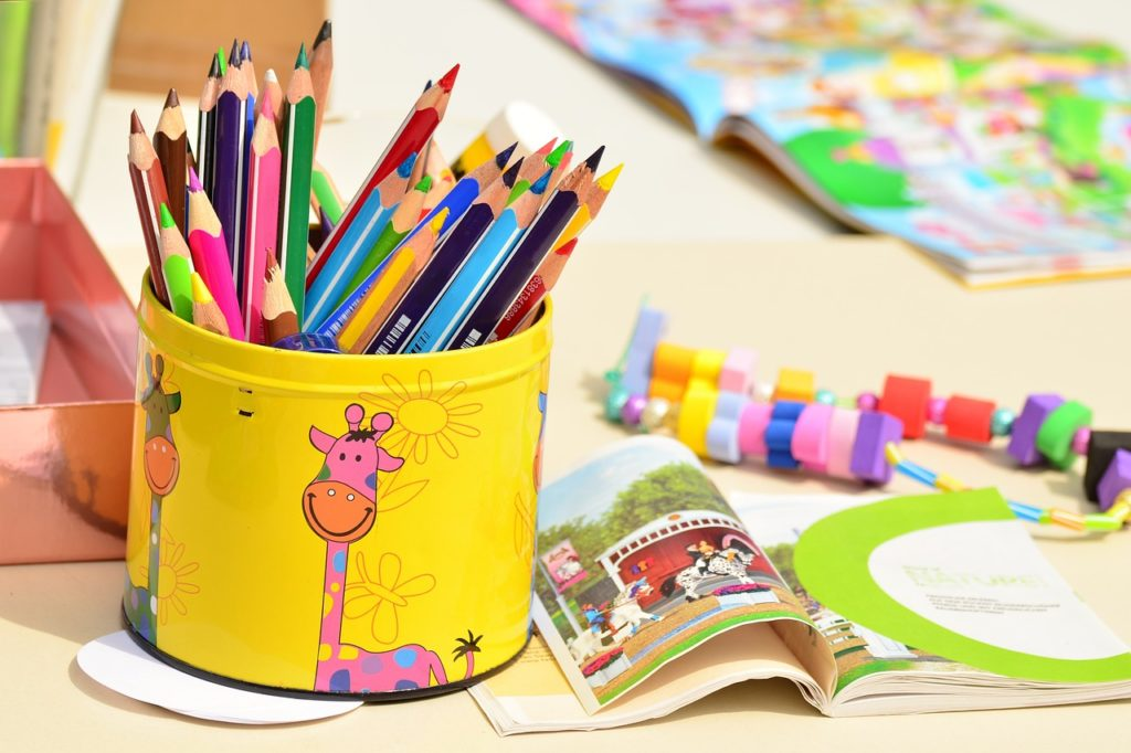 机の上に載った色鉛筆