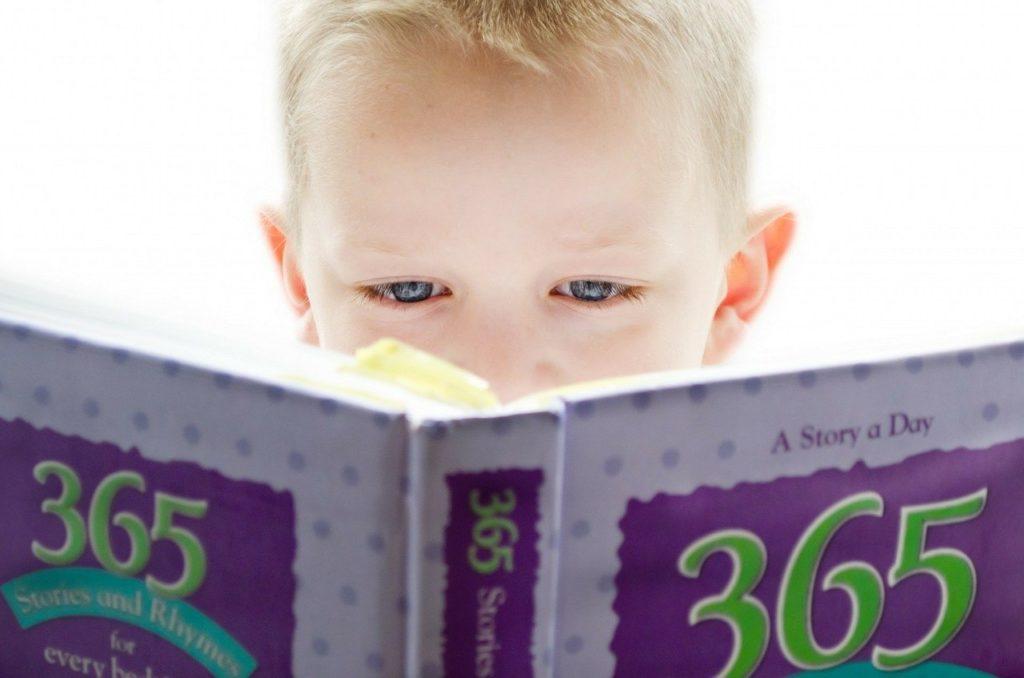 本を読んでいる少年