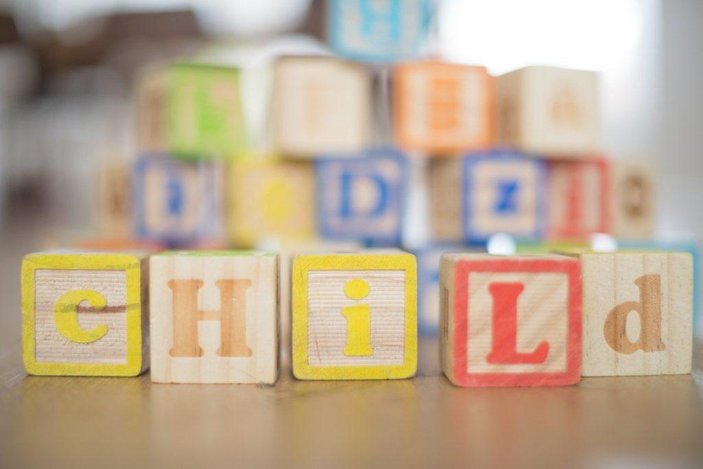 CHILDと書かれた積木の写真