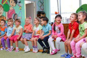 幼稚園で楽しそうにおしゃべりする子どもたち