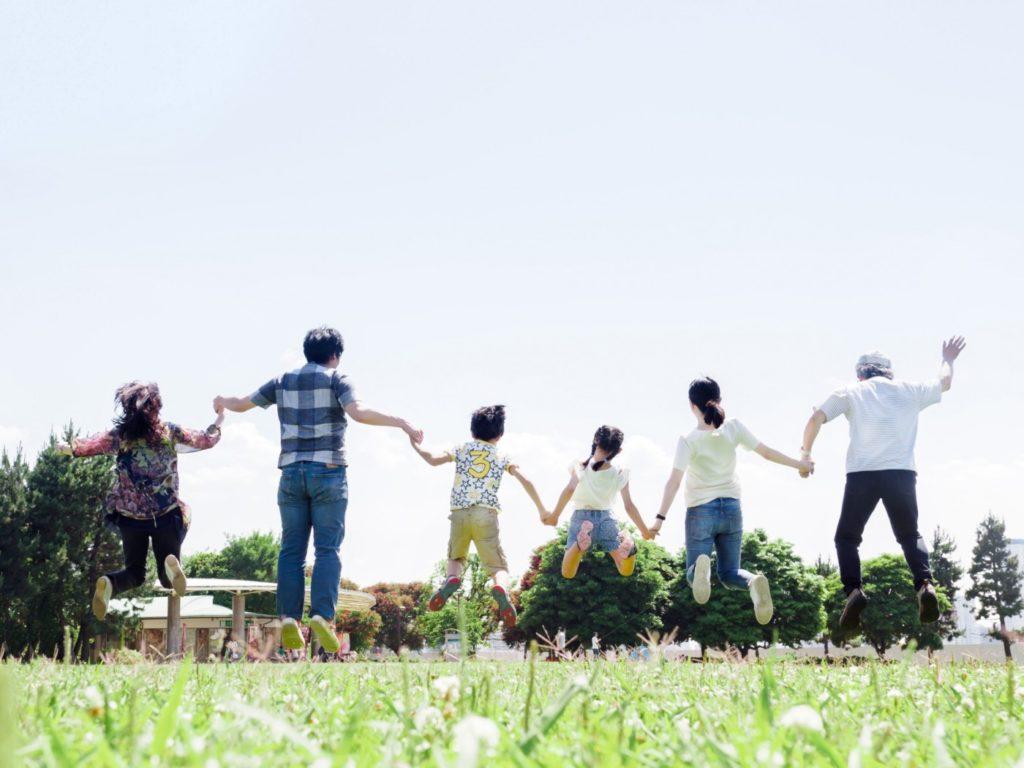 家族で手をつないでジャンプするところ