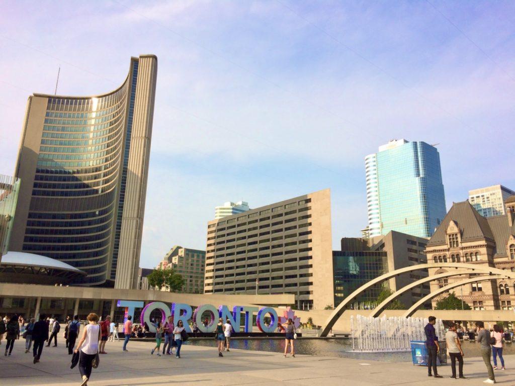 cityhall前のtorontoのモニュメントがある広場の風景