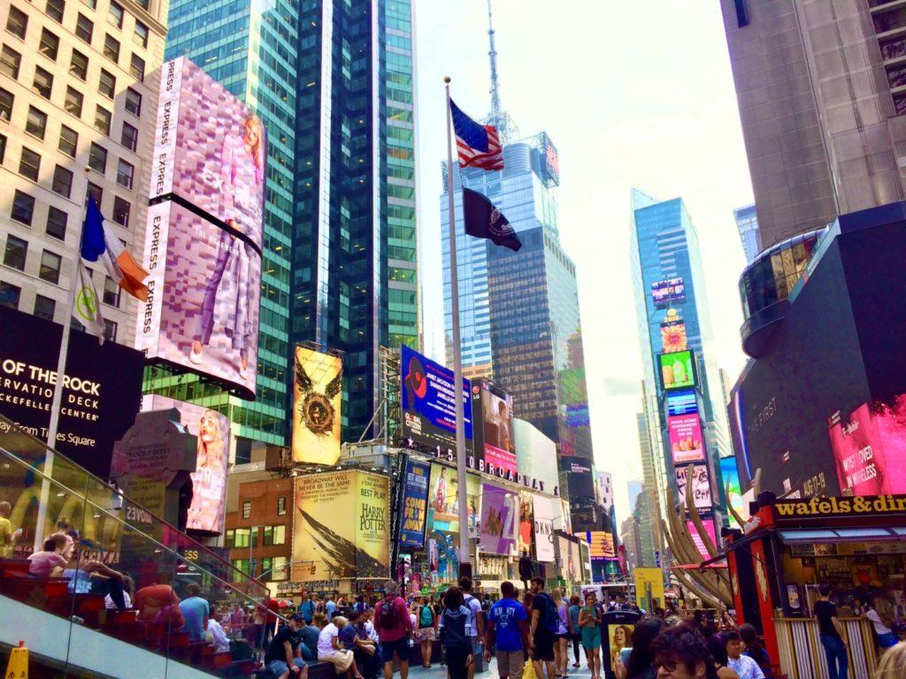 ニューヨークのタイムズスクエアが人々で賑わっている風景