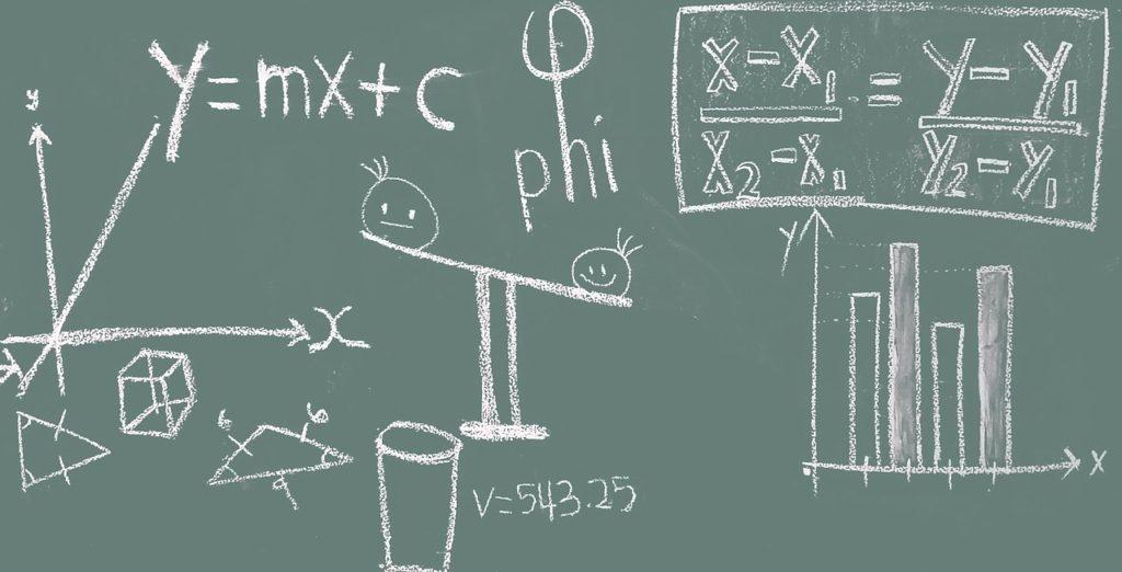 方程式が描かれた黒板の写真