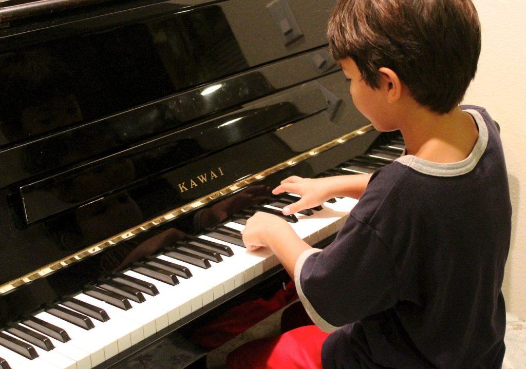 ピアノを弾く少年の姿