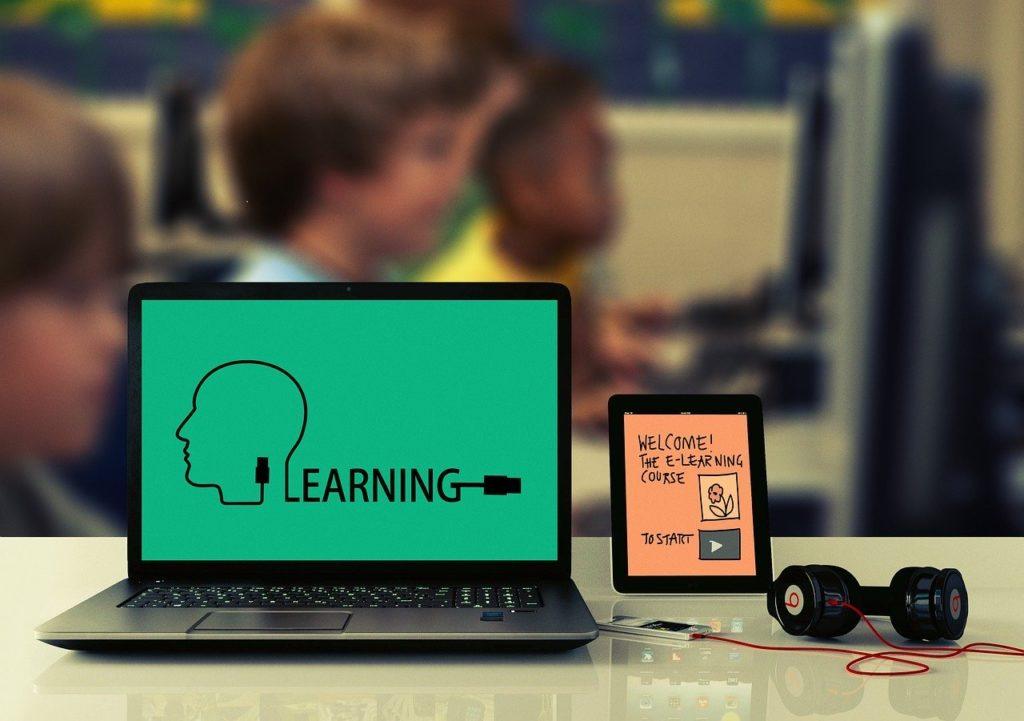 learningと表示されたパソコンの写真