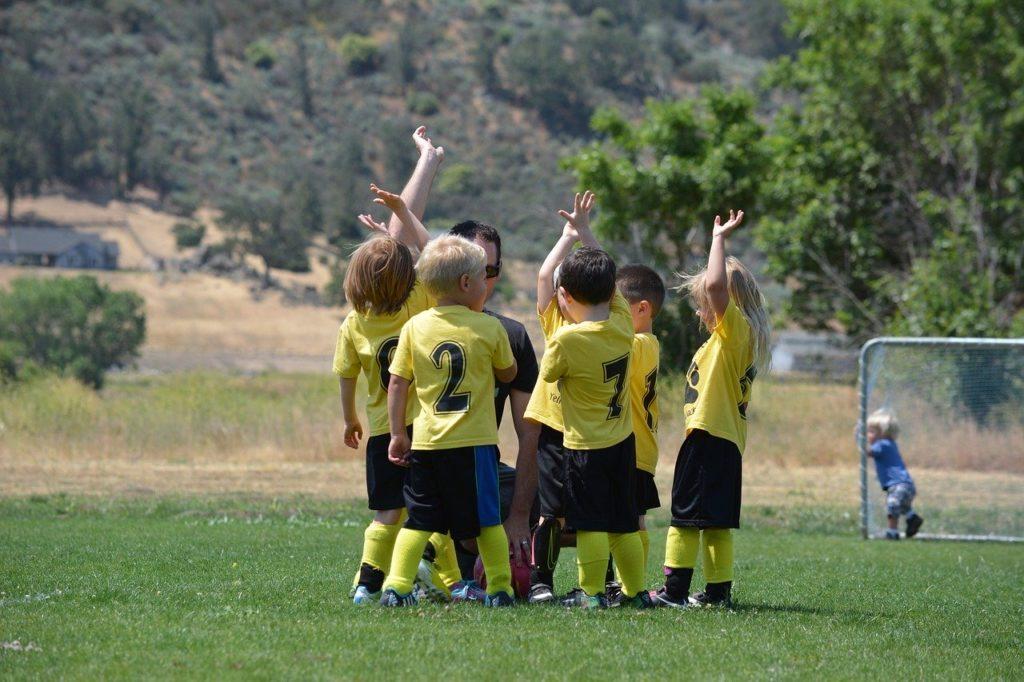 サッカーを楽しむ子供たち