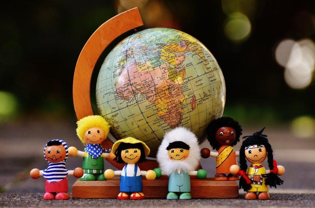 世界のお人形が並んでいる写真