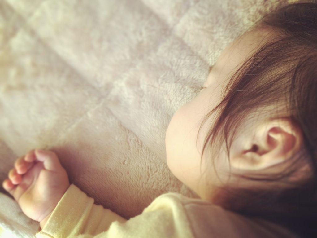 昼寝をする子どもの横顔の写真