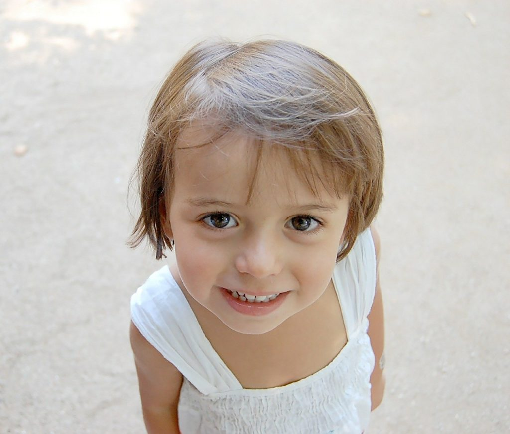 目が大きい女の子がこちらを見ている写真