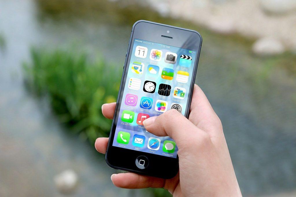 携帯電話を持つ人の写真