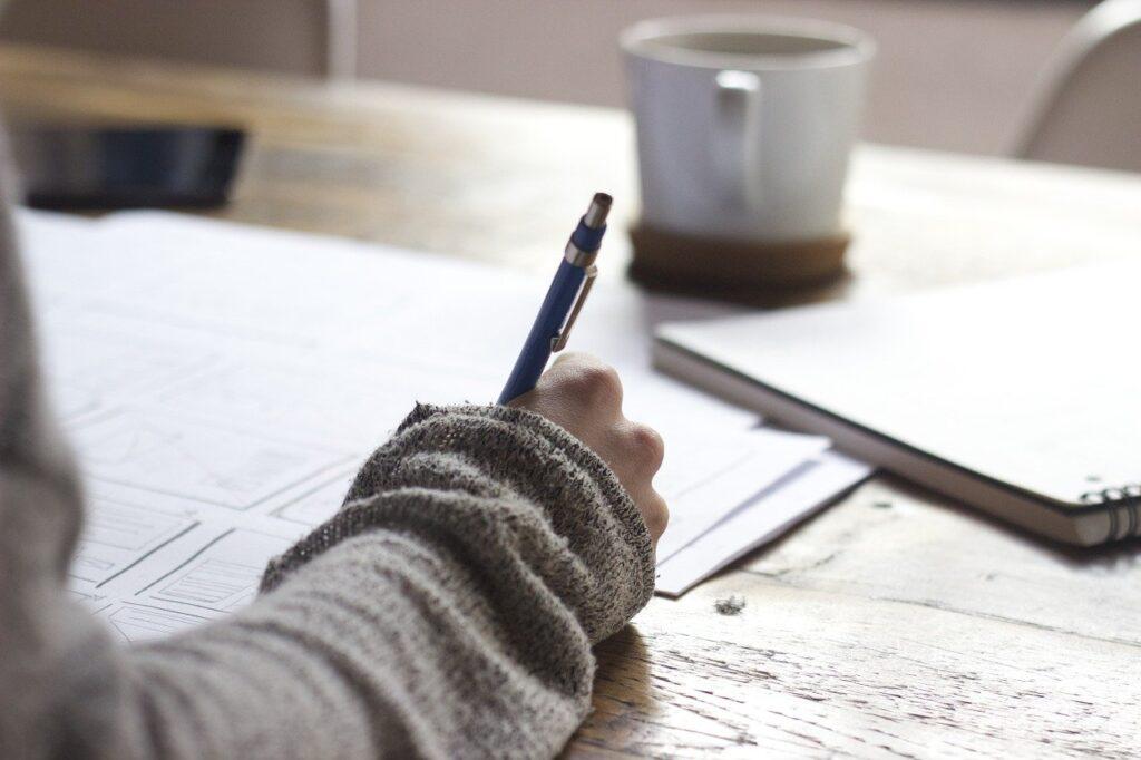 書類を書く手元の写真